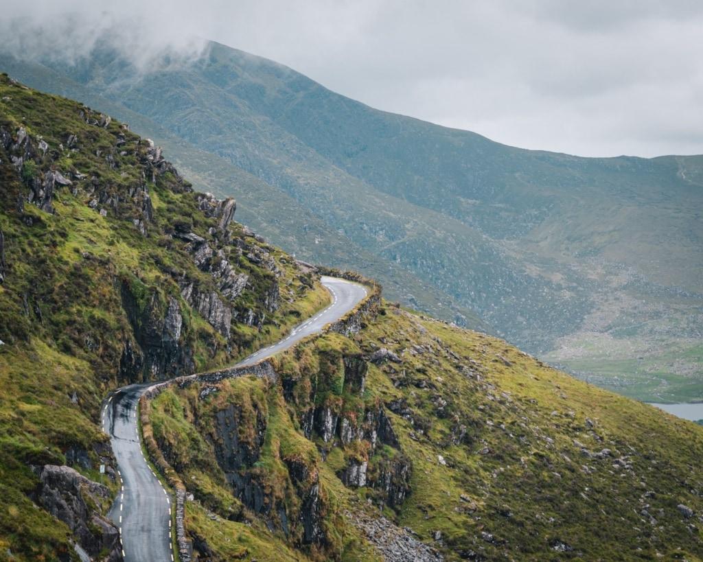 Der Connor Pass auf Irlands Dingle-Halbinsel ist Fahrspaß pur.