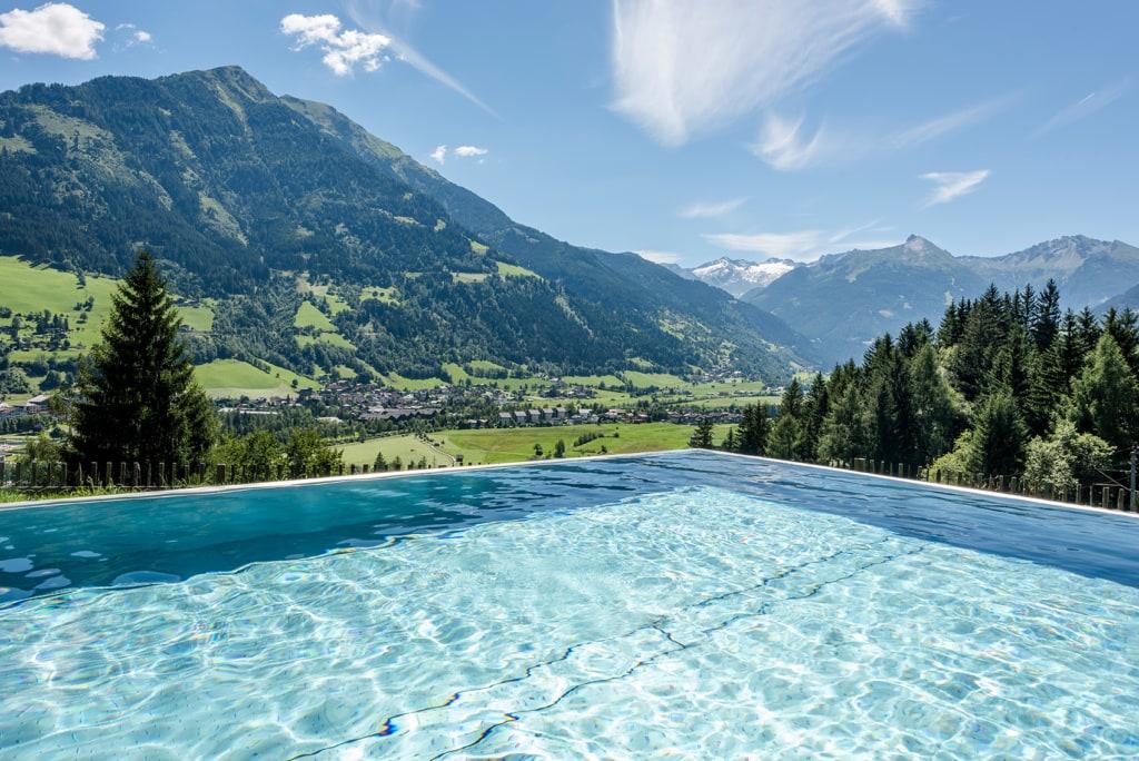 Pool mit Sicht auf die Berge des Hotel DAS.GOLDBERG
