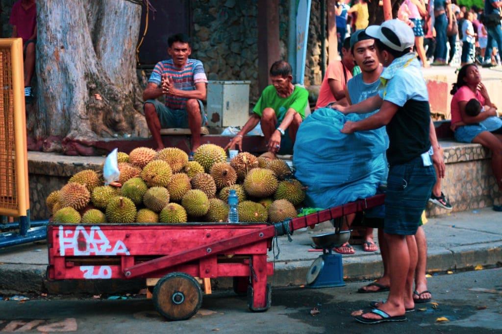In den Straßen von Davao kommt man nicht um die Durianverkäufer herum.