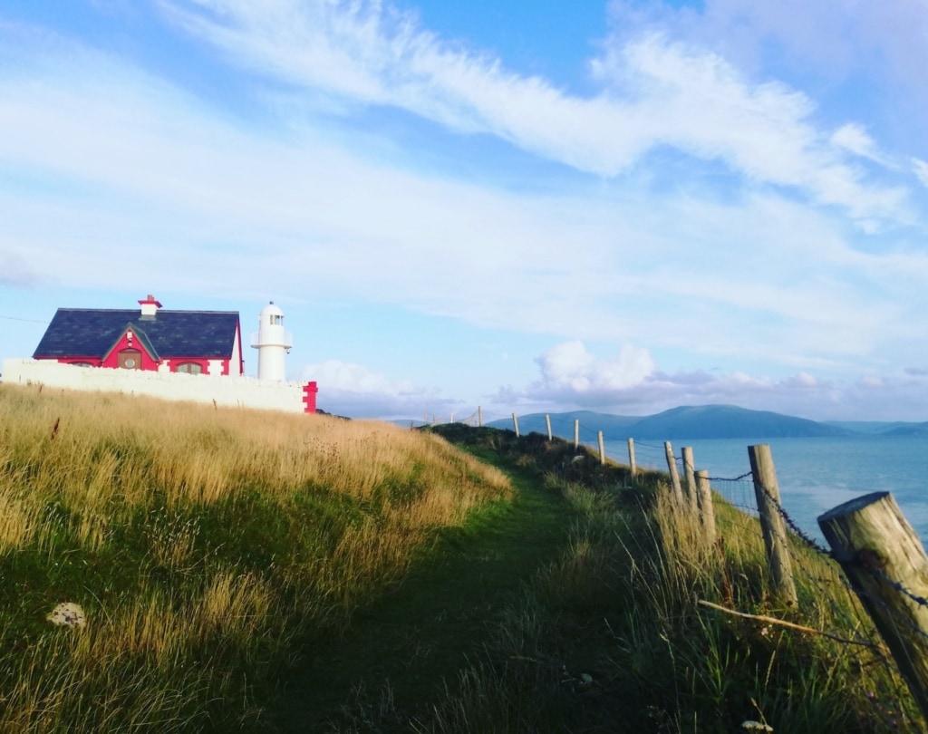 Vor der Bucht von Dingle prangt dieser schmucke Leuchtturm.