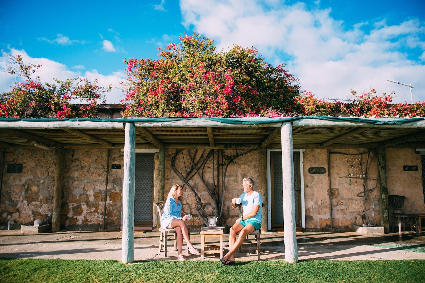 Ehepaar sitzt in Eco Lodge auf Dirk Hartog Island