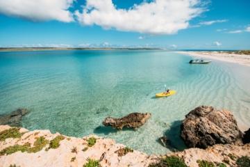 Frau schippert auf gelben Kanu durch Inselparadiese in Westaustralien
