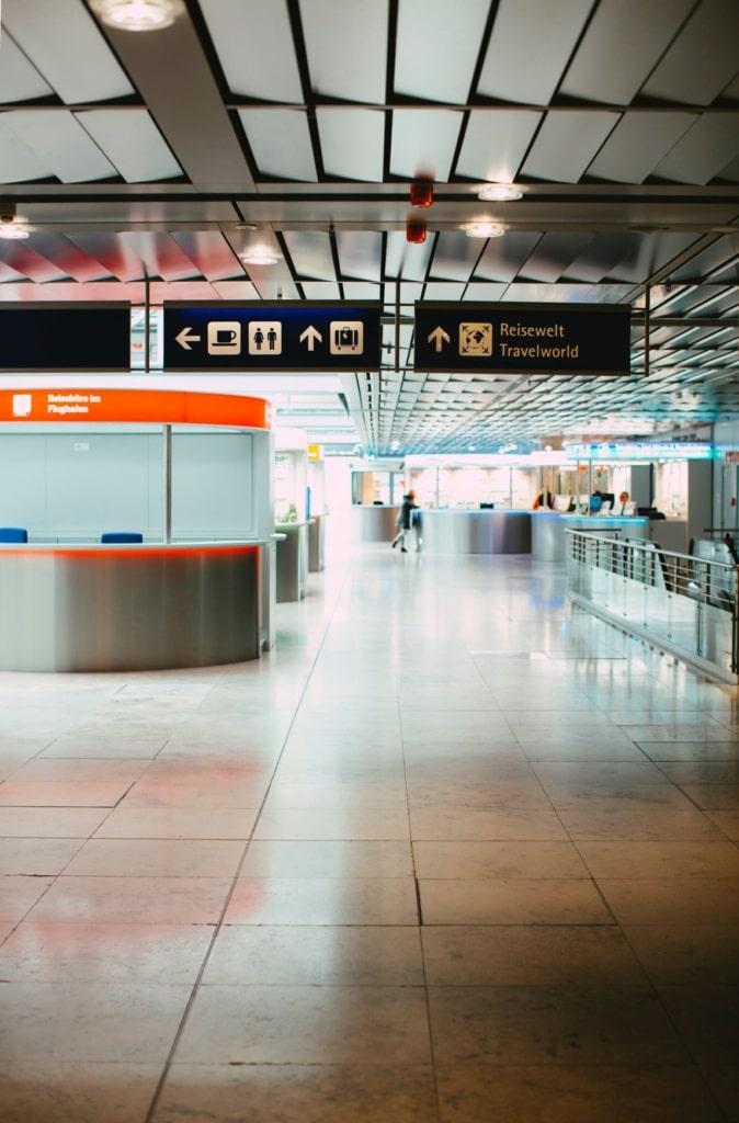 Menschenleeres Terminal im Flughafen Nürnberg