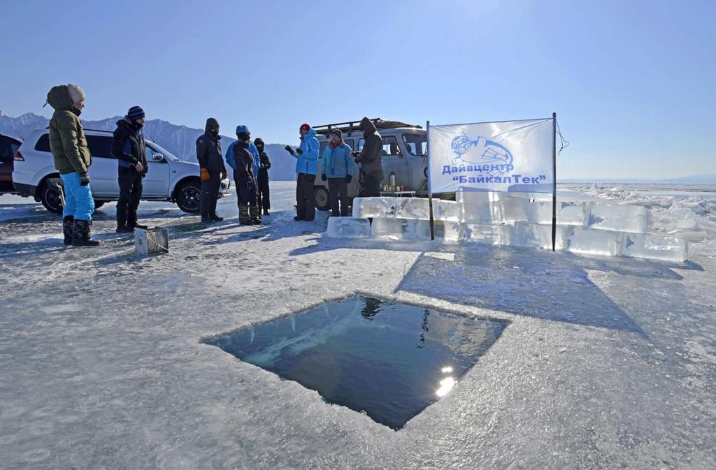 Durch dieses Loch steigen die Taucher in den eisigen Baikalsee, um mit den Robbenbabys zu tauchen.