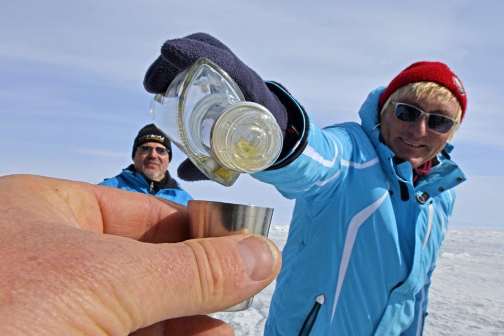 Kein Russland ohne Wodka: So weit man sich an den kalten Tagen am Baikalsee richtig ein,