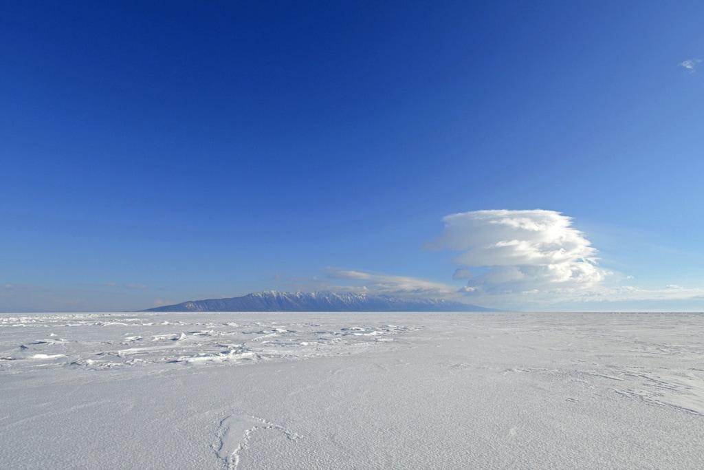Eine dicke Schneedecke bedeckt das Eis auf dem Baikalsee.