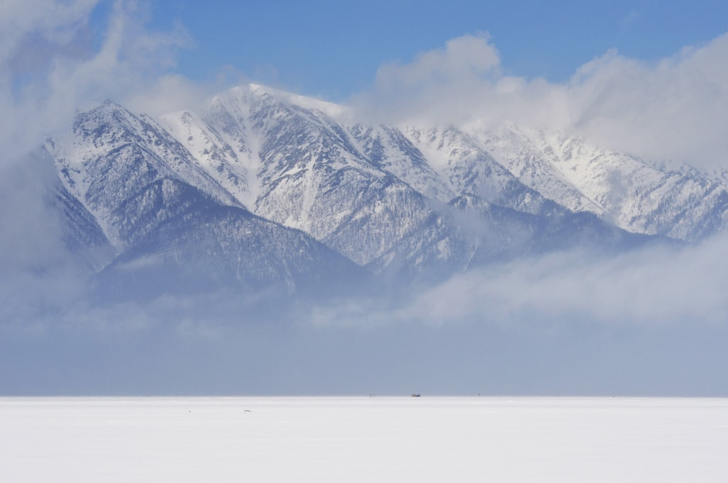 Majestätisch ragen die Berge am Ufer des Baikalsees empor.