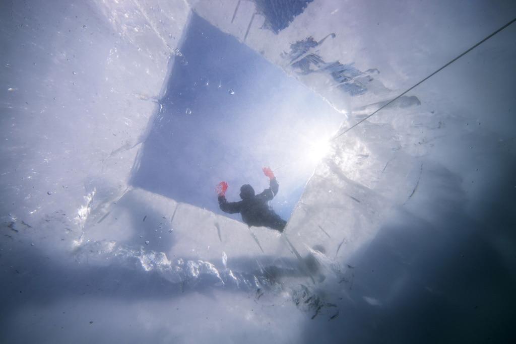 Eisloch: Ein meterdickes Eisloch dient den Tauchern am Baikalsee als Einstieg.