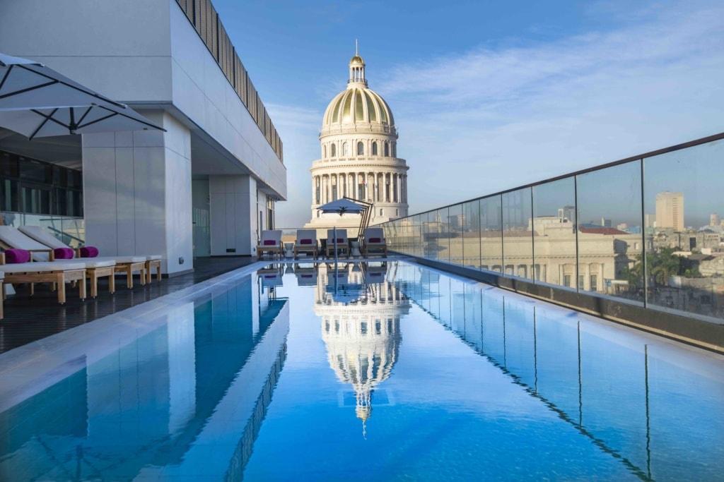 Pool des Kempinski Hotels mit Blick uf Havanna