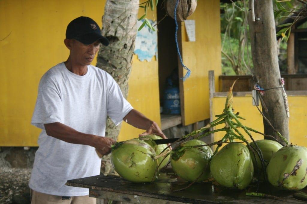 Die Kokosnuss ist ein allerorts beliebter Snack auf den Philippinen.