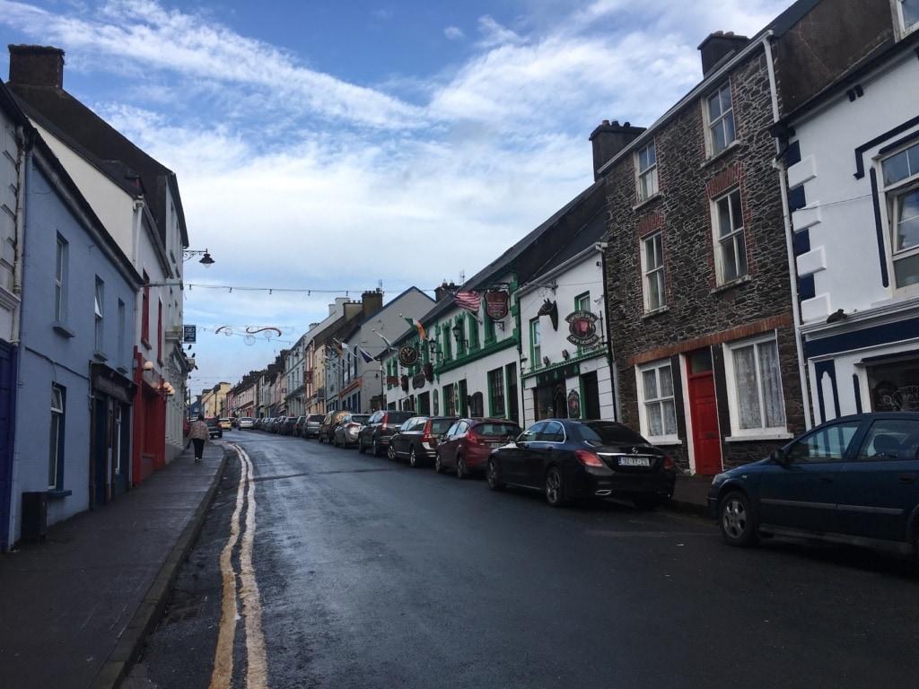 Bunte Häuschen säumen die Main Street von Dingle in Irland.
