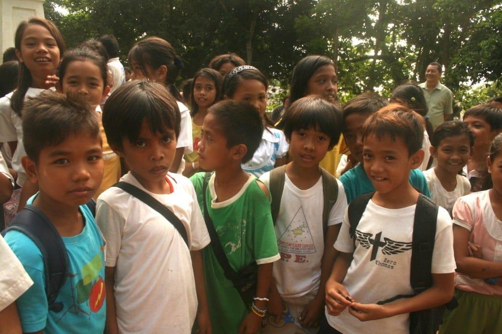 Immer wieder wird man auf den Philippinen von neugierigen Kindern beäugt.