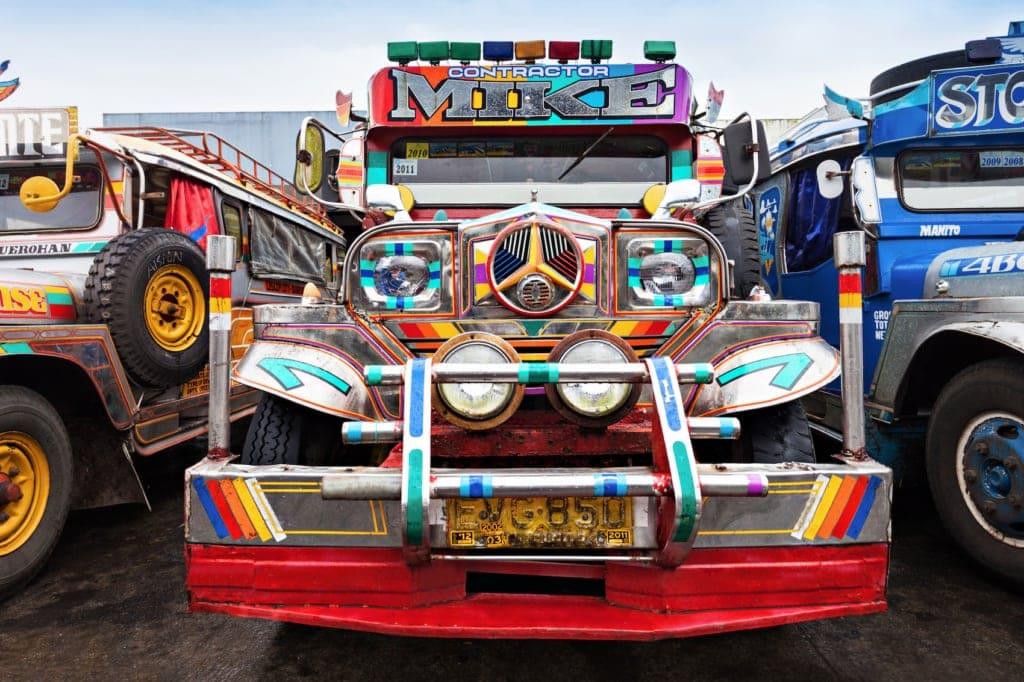 Jeepneys werden die bunten und oft lauten Busse auf den Philippinen genannt.
