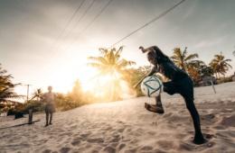 Kinder in Mosambik spielen Fußball am Strand