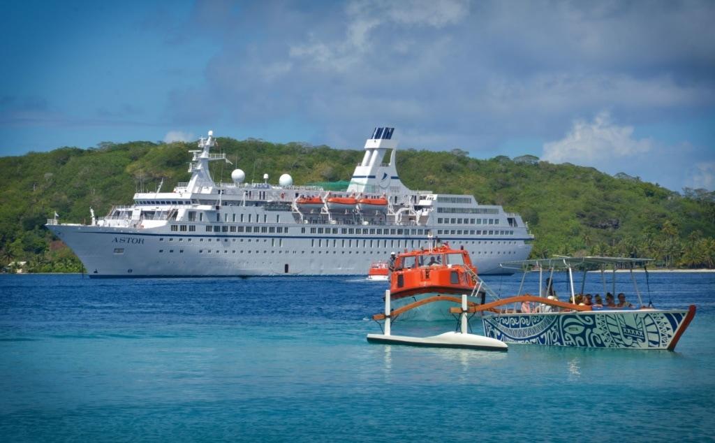 Kreuzfahrtschiff Astor vor Bora Bora