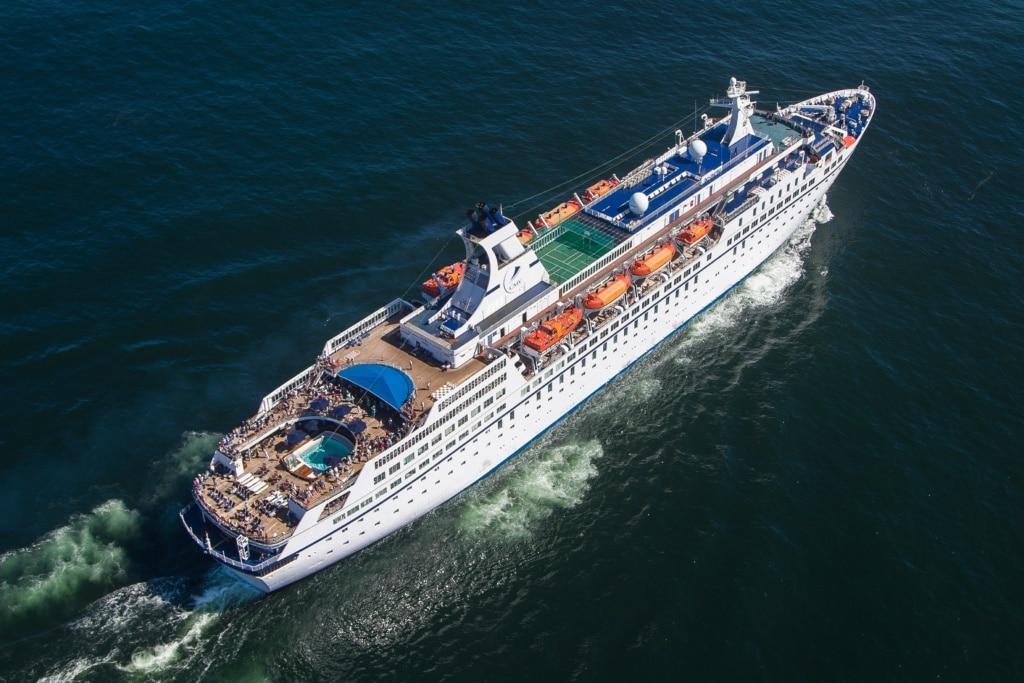MS Astor aus der Vogelperspektive auf dem offenen Meer