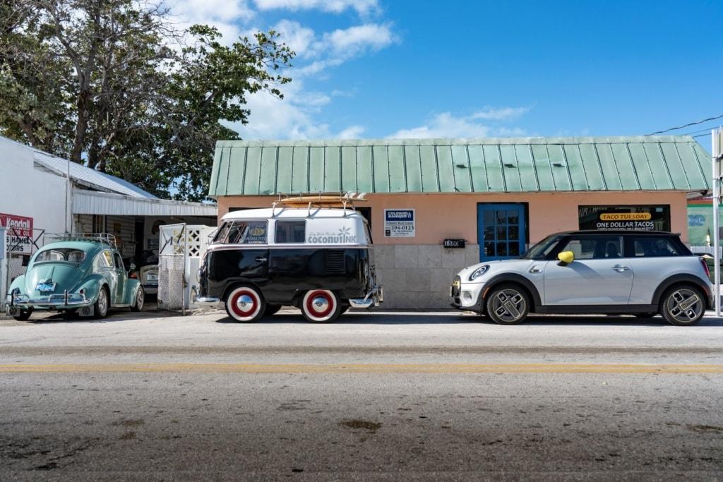 Mini Cooper geparkt auf Straße in Florida