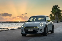 Mini Electric steht am Strand