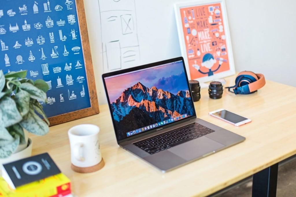 Blick auf Schreibtisch mit Notebook, Tasse