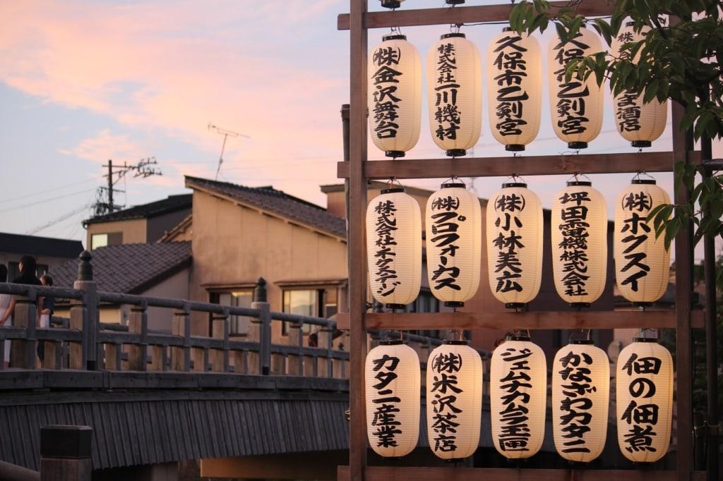 Bei einer Traumreise nach Japan darf ein Besuch im Izakaya nicht fehlen.