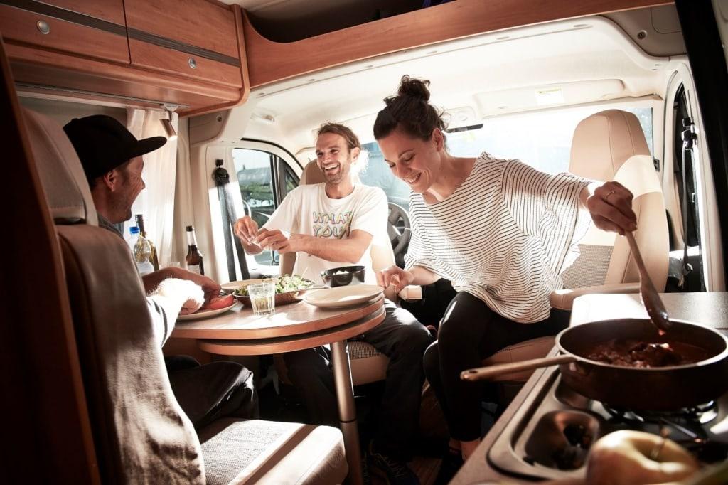 Junge Leute in einem Wohnmobil von Pössl