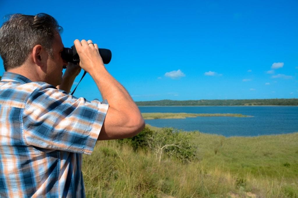 Ralf Johnen mit Fernglas in der Hand in Mosambik