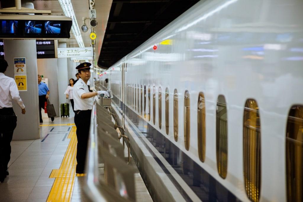 Der Schaffner verbeugt sich vor jedem Abteil auf unserer Traumreise durch Japan.