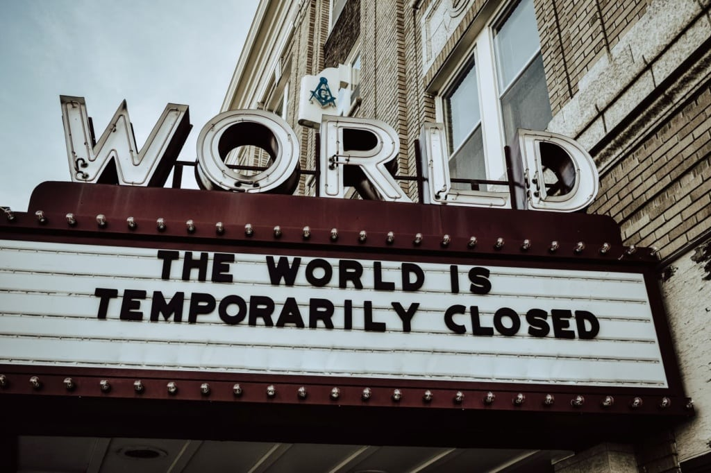 Schriftzug Theater: The world is temporarily closed