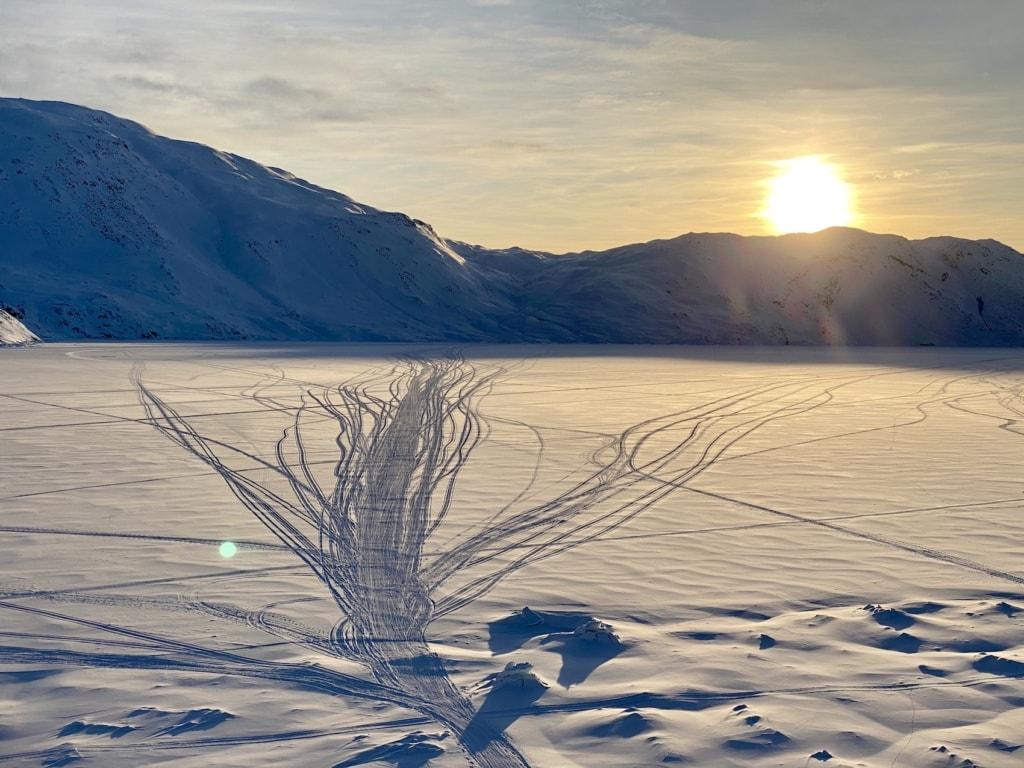 Viele Wege führen über die zugefrorenen Fjorde von Grönland.