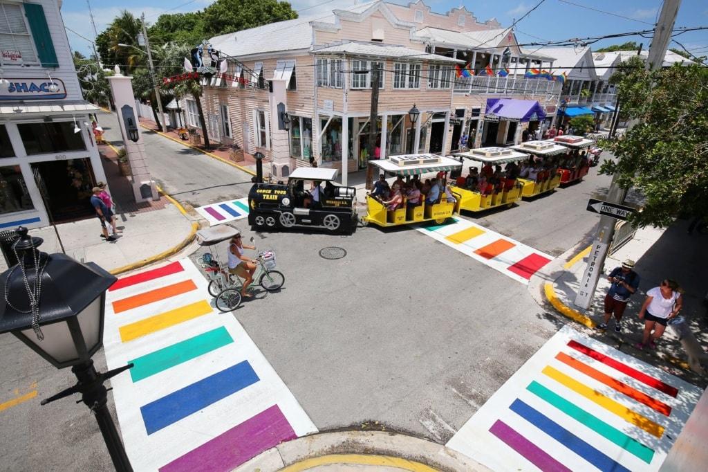 Zebrastreifen in Key West in Regenbogenfarben