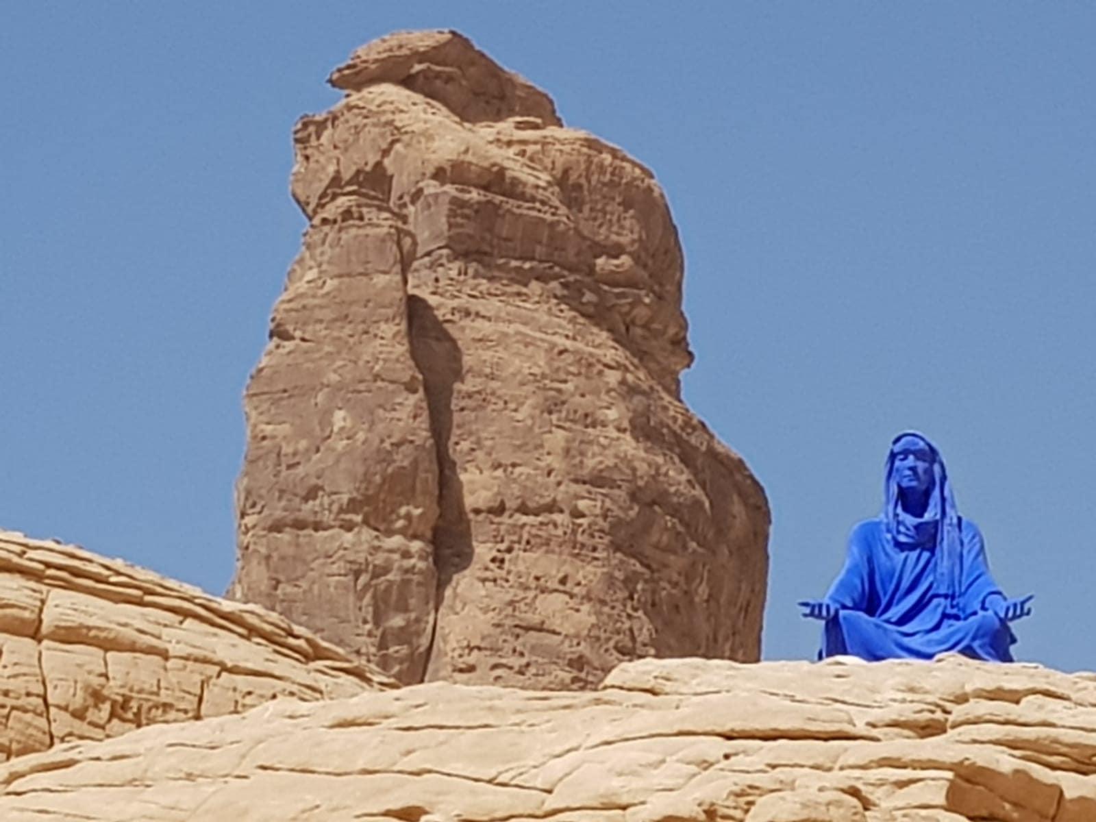 königsblaue Frauenfigur