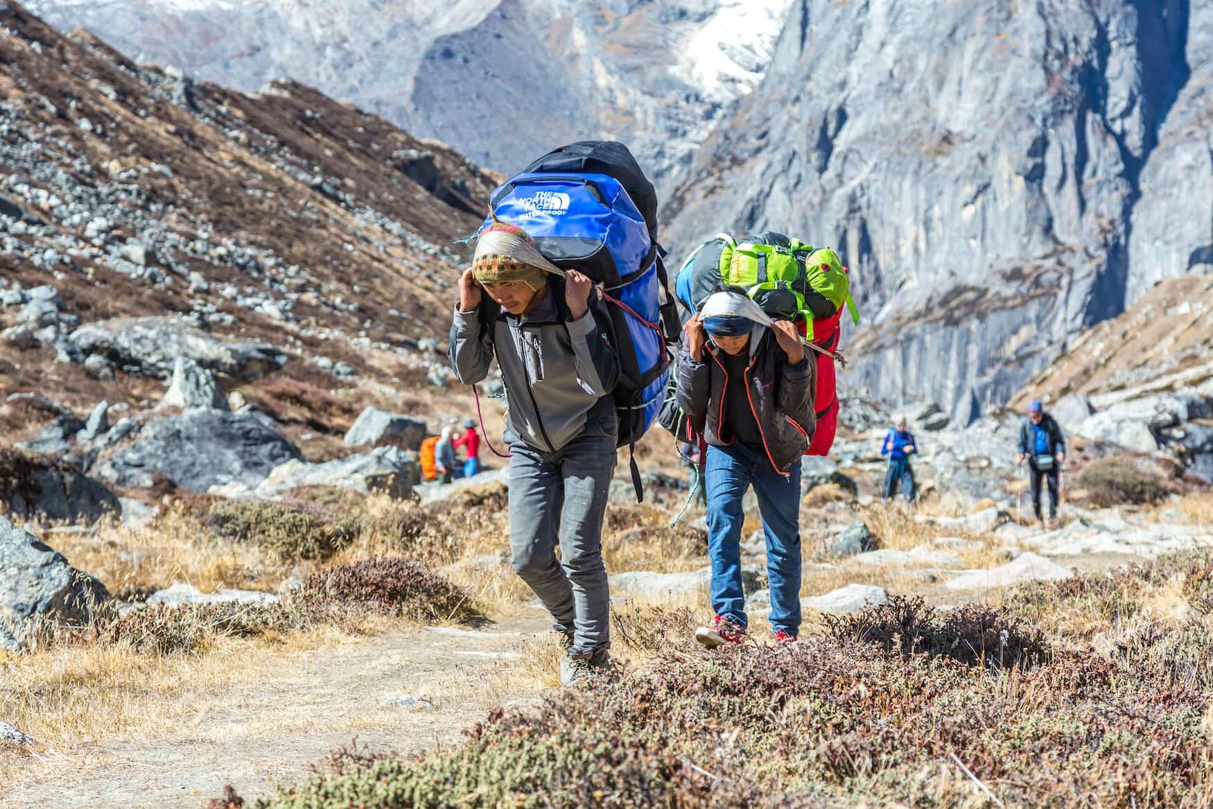 Die Träger schleppen jegliches Gepäck auf den Wanderungen durch die Gebirge in Nepal