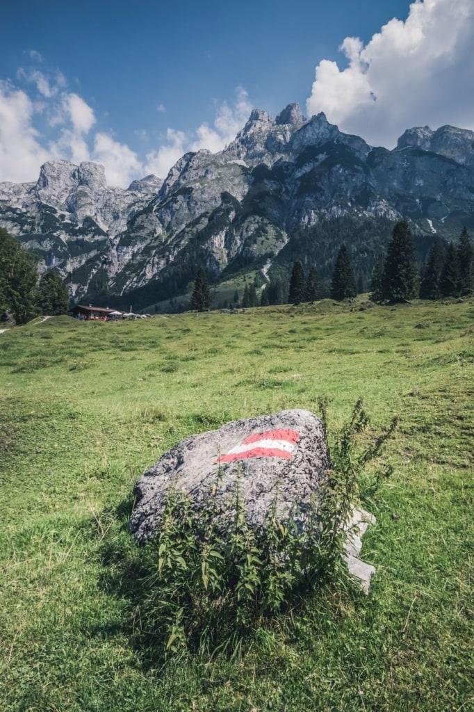 Riesiger Stein mit Österreich-Flaggen-Emblem