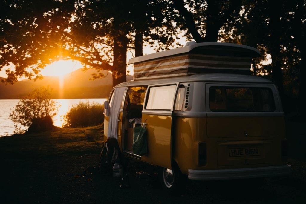 Campingurlaub in Deutschland: VW-Bus am See