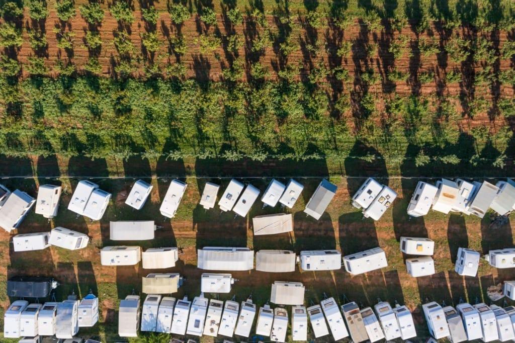 Voller Campingplatz aus der Luft fotografiert