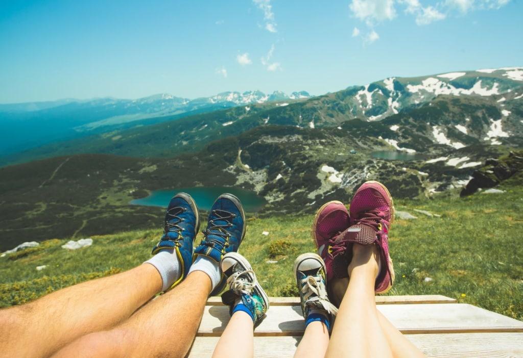 Füße der Reisenden in den Alpen