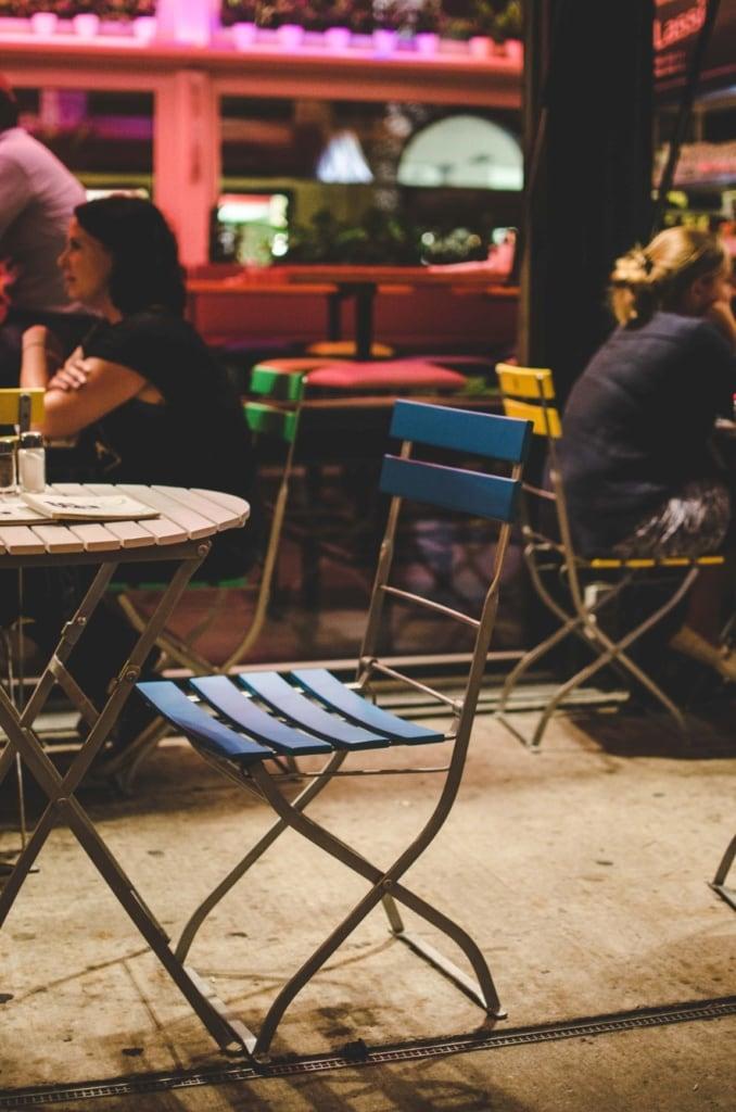 Freier Stuhl in einem Restaurant am Naschplatz in Wien