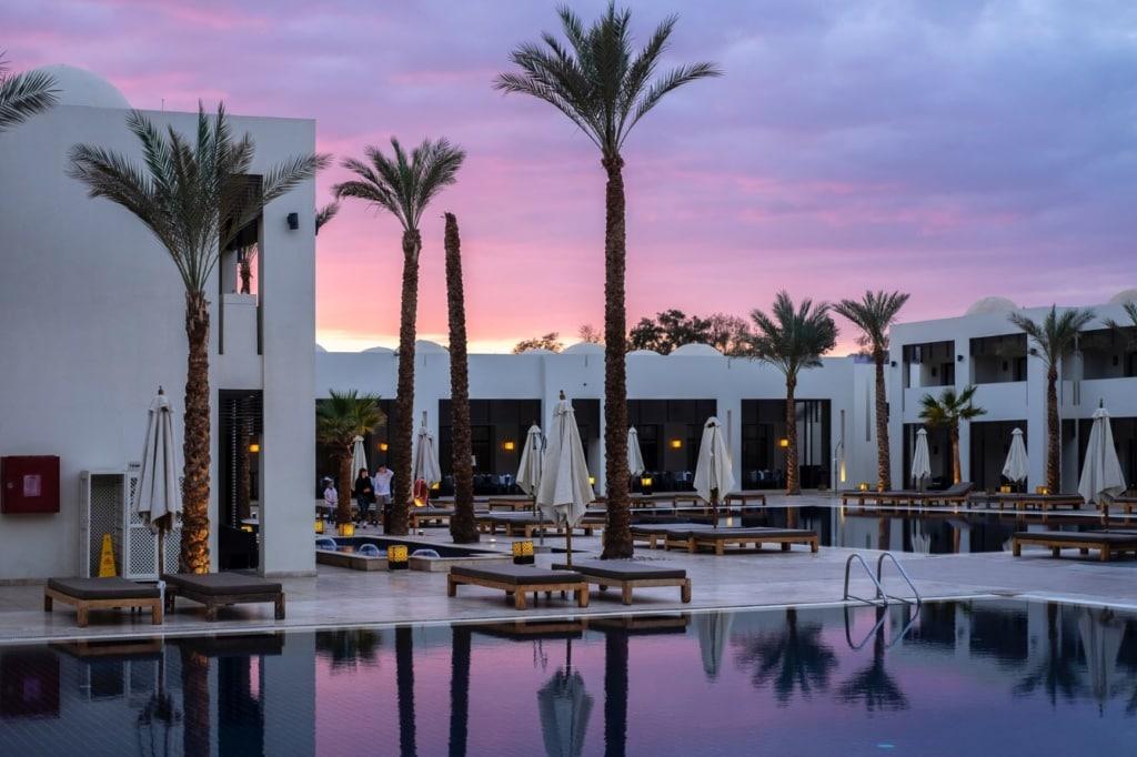 Corona-Sicherheitsstandards in den Hotels: Hotelpool eines Luxushotels