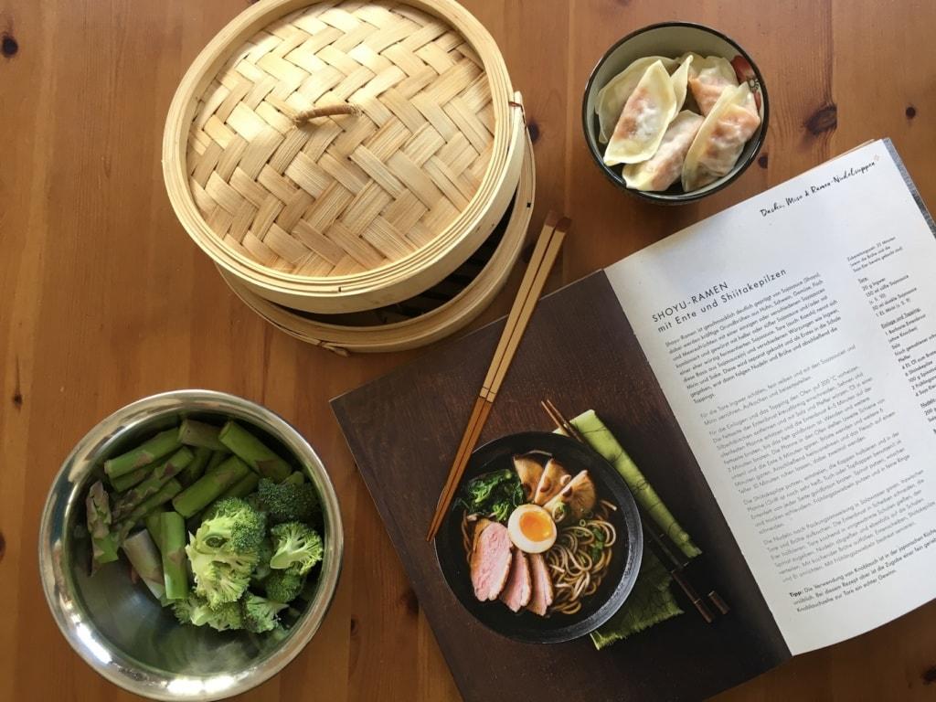 Sushi und Co: Mit diesem Kochbuch holt ihr Euch Japan nach Hause.