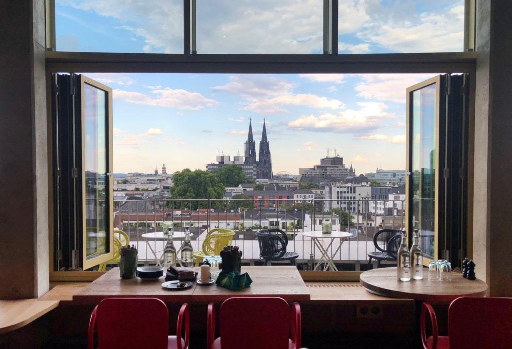 Aus dem Fenster des Restaurants Neni im The Circle Hotel in Köln hat man einen tollen Blick auf den Kölner Dom