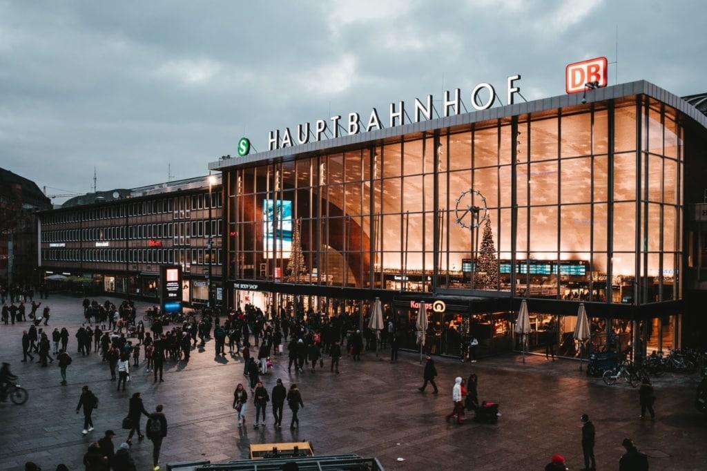 Vorplatz und Hauptbahnhof Köln