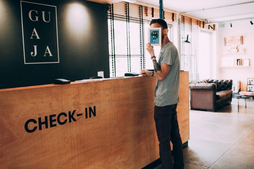 Mann am Check-In-Schalter im Hotel