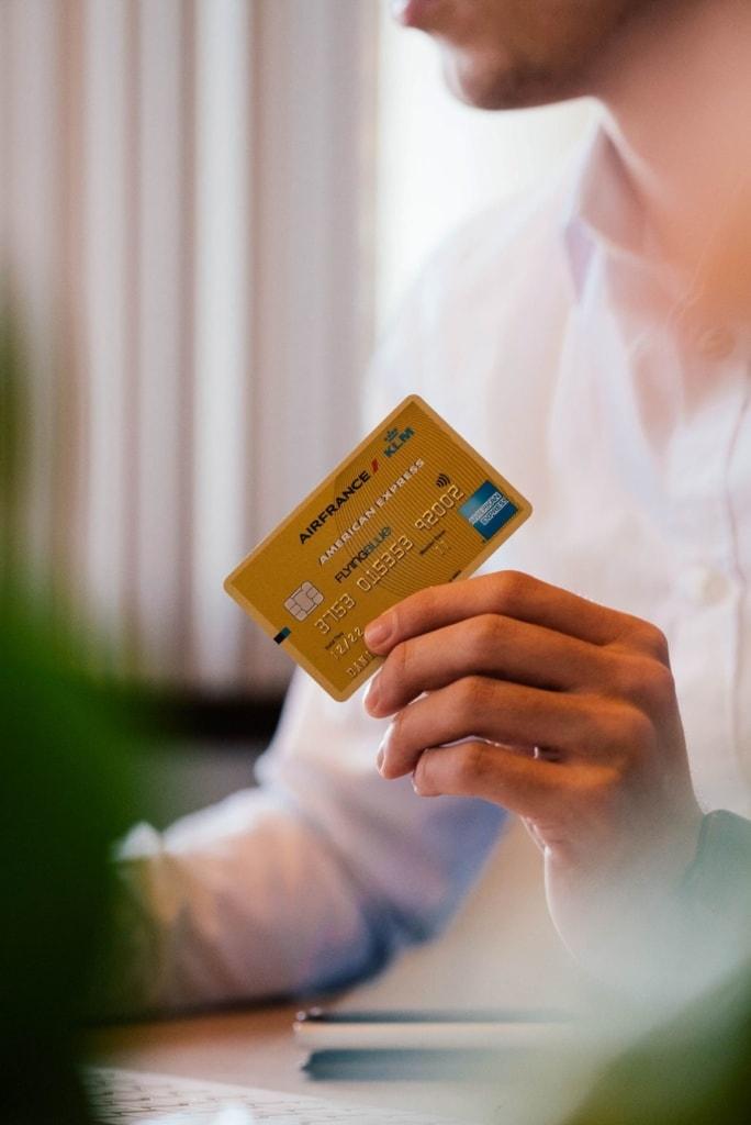 Mann hält Kreditkarte in der Hand