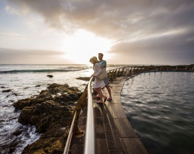 Mann und Frau am Naturpool des Oceano Hotels auf Teneriffa