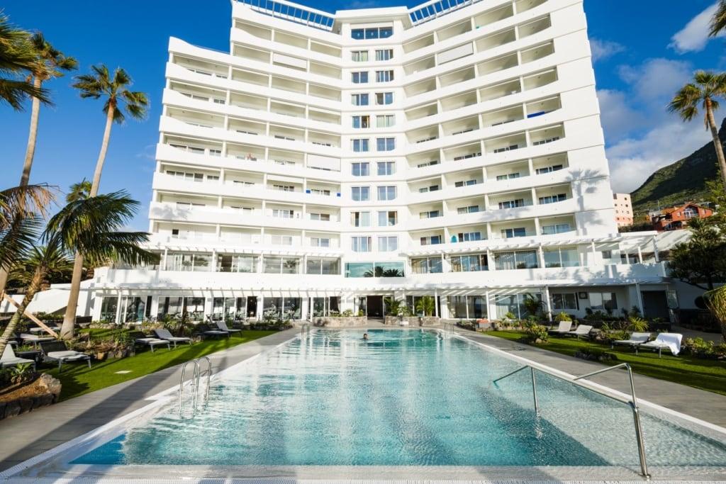 Fassade und Pool des Océano Hotel Health Spa auf Teneriffa