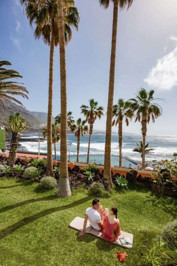 Paar im Garten des Océano Hotel Health Spa