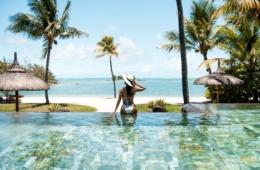 Frau im Pool im Shangri-La's Le Touessrok
