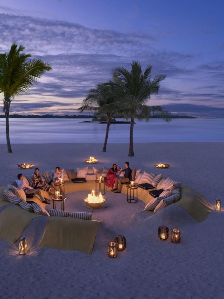 Gäste abends am Strand im Shangri-La's Le Touessrok