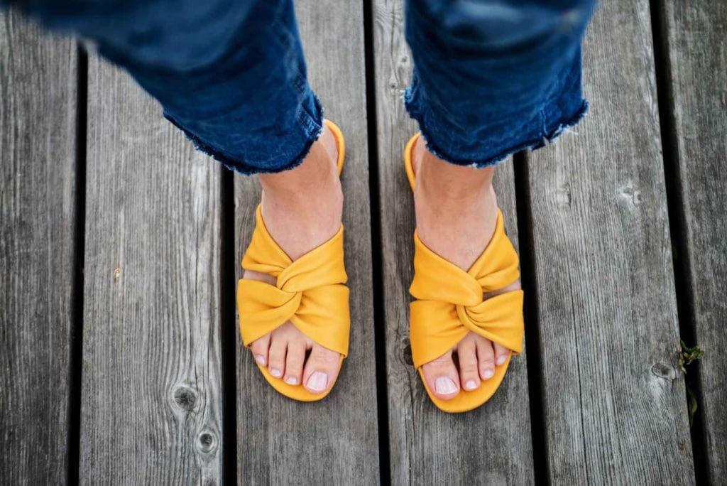 Gelb macht Laune - wie dieses Sandalen beweise.