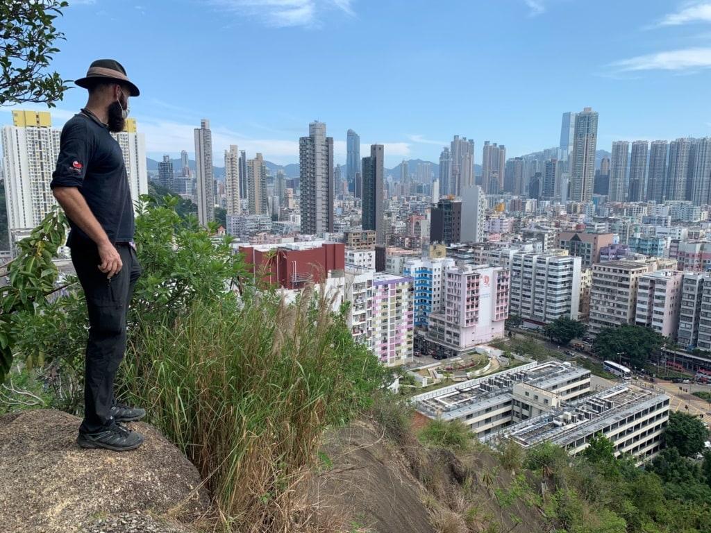 Thor Pedersen auf einem Hügel in Hongkong